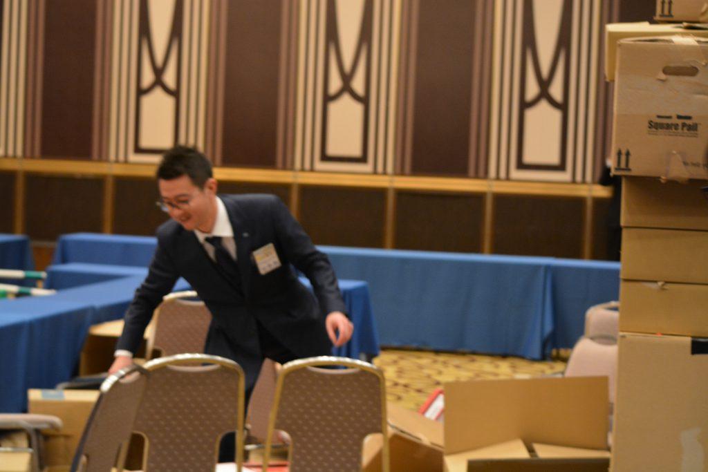川北理事長による避難演習③ 障害物でバランスを崩し、うまく避難できません。