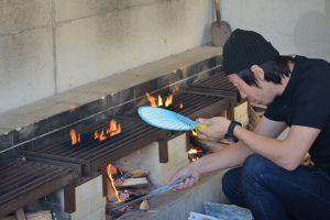団扇を片手に炭を作ります。