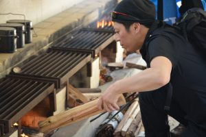 ハンバーグを焼くための炭は、青年会議所のメンバーが作りました。