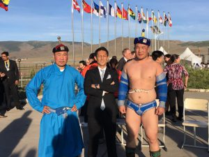 モンゴル相撲の力士と記念撮影 西貴之 大分ブロック協議会会長(中央)