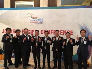 小間喜広通 九州地区協議会会長(中央左) 西貴之 大分ブロック協議会会長(中央右)