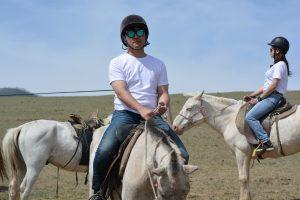 動物とのふれあい(白馬) 馬に乗って、モンゴルの大草原を駆け抜けました。