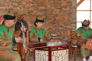馬頭琴の演奏 モンゴルの民族楽器である馬頭琴の演奏も聞くことができました。