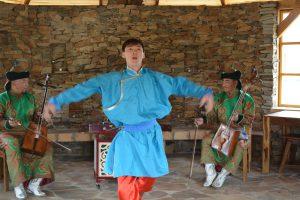 馬頭琴の演奏に合わせた演舞 モンゴルの遊牧民の生活や馬をテーマにした演舞を行ってくれました。
