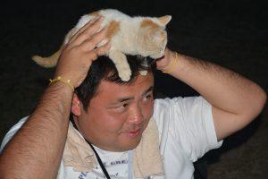 まちづく委員会 平倉賢明 委員長 頭に乗って動かない猫にも優しい平倉委員長。