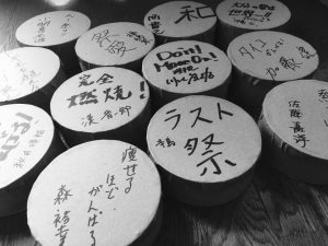 まちづくり委員会が、メンバー1人1人に、事前に手作りの太鼓を製作しました。