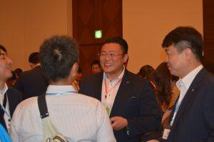 交流会の様子⑤ 中島土直前理事長も、新しい出会いに会話が弾みます。
