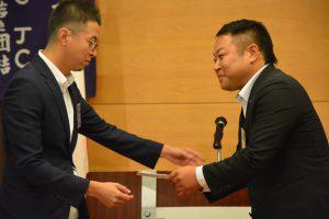 先日、入籍をした、人財拡大委員会杉田康副委員長にお祝いが送られました。