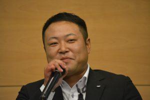 人財拡大委員会 杉田康 副委員長 入籍の喜びを笑顔で語ってくれました。 奥様の好きな所は話してくれましたが、ぷろーポーズの言葉は教えてくれませんでした。