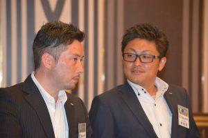 司会の原ジェームス君(左)