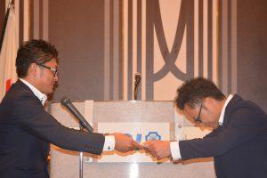 第1部⑩ 優勝者への表彰状贈呈 60枚以上を集め、2位に倍近くの差をつけました。