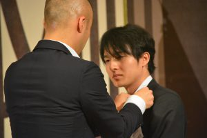 新入会員へのバッジ授与 那賀有一郎 君