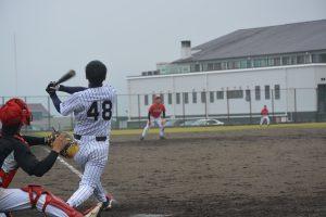 強打者の1番岡村は、この試合でも持ち前の強打で長打を放ちます。