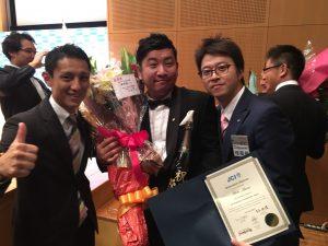 国際アカデミーを修了した峯野耕一君(中央) 川北慶祐理事長(左)と西貴之大分ブロック協議会会長(左)も卒業式に駆けつけました。