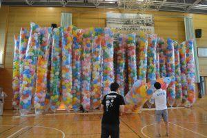 風船準備① 当日は、荷揚町体育館にて、リリース用の風船の製作を行いました。