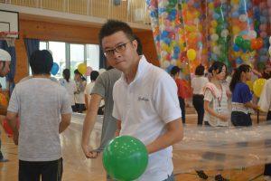 風船準備⑥ 川北理事長も、風船にガスを入れます。