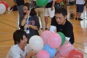 風船準備⑪ 大分青年会議所のメンバーの多くが風船準備段階から参加しました。