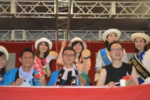 ブロードウェイ本番⑨ 佐藤市長(左)、川北理事長(中央)、西特別顧問(左)も手作り太鼓で参加です。