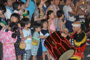 ブロードウェイ本番⑧ 子供たちも、太鼓を手にリズムを刻みます。