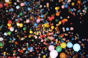風船リリース⑨ 大分の夜空を色とりどりの風船が埋め尽くします。