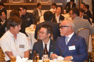交流会の様子⑨ 川北慶祐理事長(中央)も、OB会員の方から色々な貴重なお話を聞くことができました。