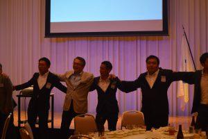 交流会の様子⑮ OB会員と現役会員で一つの大きな輪となり、若い我らを斉唱しました。