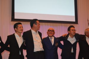 交流会の様子⑰ 藤田千克由OB会長(中央左)、川北慶祐理事長(右)、漢晋一郎次年度理事長予定者(左)も一つとなり、若い我らの斉唱です。
